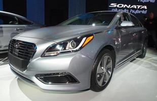 Hyundai Sonata Hybrid: Seu motor é um 2.0 de 154 cv e 19,3 kgfm, combinado a um elétrico de 50 kW. A carroceria é um pouco diferente da do Sonata tradicional, trazendo mudanças na grade dianteira e nos para-lamas. Tem a promessa de rodar até 34 km no modo elétrico.