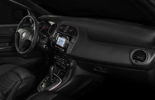 De série, carro vêm com central multimídia UConnect Touch e câmera de ré