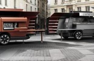 A van chega com áreas destinadas à preparação de alimentos, bebidas e montagem das refeições