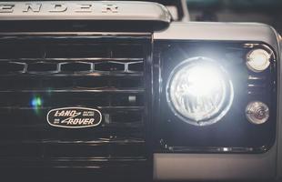 Land Rover faz edição limitada do Defender em comemoração aos 2 milhões de unidades produzidas. Modelos serão leiloados para arrecadar fundos à Cruz Vermelha