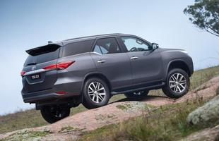 As linhas fortes, a grade cromada e os faróis imponentes lembram a Hilux revelada em maio, mas a concepção do SUV também bebeu dos utilitários da Lexus