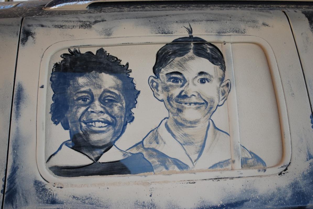Artista usa as mãos e alguns pincéis para fazer quadros estonteantes nos vidros dos carros empoeirados