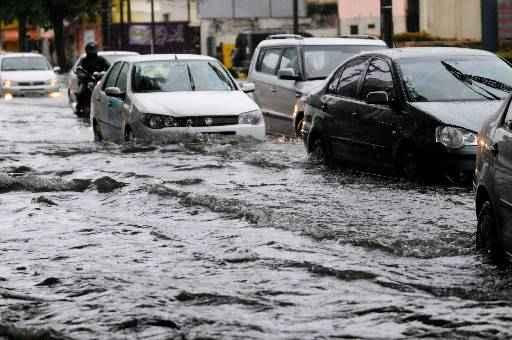 Nessa situação, engate a primeira marcha e não tente mudar até atravessar a área de alagamento, pois se o fizer, a água da chuva pode entrar pelo escapamento, apagando o  motor (Helder Tavares/DP/D.A Press)