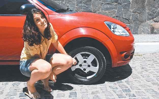 Juliana mostra calota danificada no acidente causado pela dúvida de outro condutor (ANNACLARICE ALMEIDA/DP/D.A PRESS)