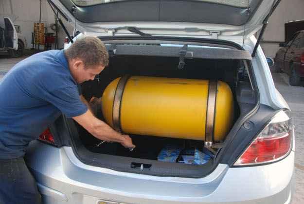 O porta-malas � o lugar ideal para instalar os cilindros de g�s (Edvaldo Rodrigues/DP/D.A Press)