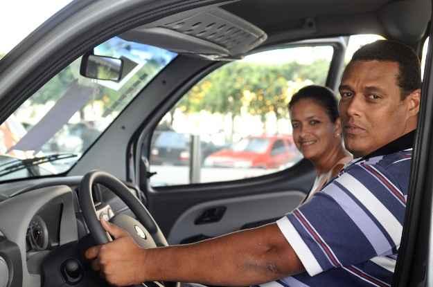 Casal Elaine e Lenilson Soares surpresos com a desvaloriza��o do usado  (Arthur de Souza/Esp.DP/D.A Press.)