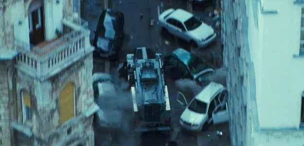 Todos os carros estacionados em uma rua estreita são destruídos (Fox Film/Divulgacao.)