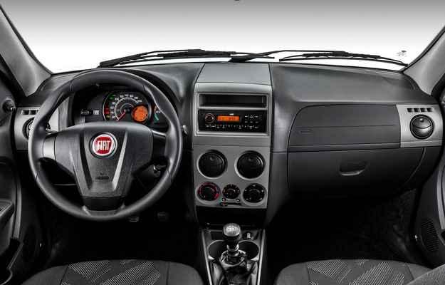 Interior conta com novo volante, novo painel, novos bancos e o r�dio com entrada USB (Fiat/divulga��o)