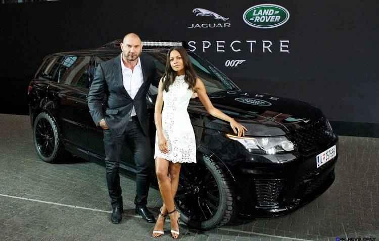 Range Rover Sport SVR sendo exibido pelos atores David Bautista e Naomie Harris  - Jaguar / Divulgação