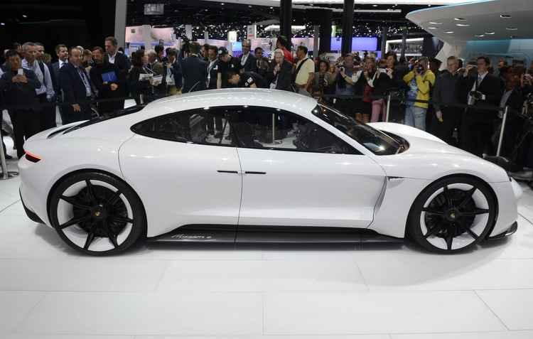 Porsche Mission E terá comandos responsivos por gestos do condutor, como piscar de olhos - Newspress/ divulgação