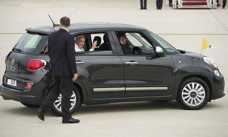É até engraçado a diferença de carros do papa e os seguranças - Chip Somodevila/ Getty Images/ AFP