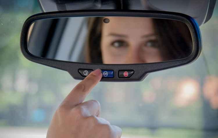 Basta pressionar um botão na base do retrovisor interno e o motorista entra em contato com uma central de atendimento humano que funciona 24 horas por dia - Chevrolet / Divulgação