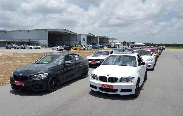 Carros enfileirados prontos para correr nos poucos mais de mil metros da reta do Aeródromo  - Jorge Moraes / Divulgação