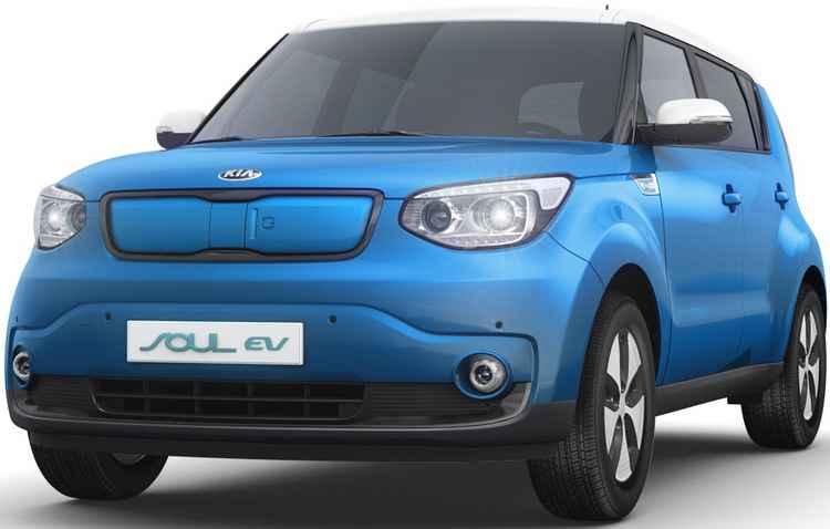 Modelo tem uma autonomia média de 199 km e conta com duas tomadas padrões atrás da porta deslizante na grade dianteira - Kia/ Divulgação