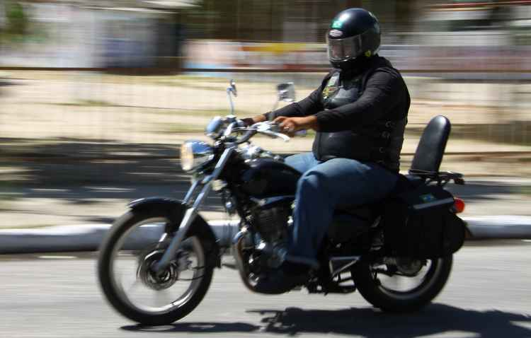 Motociclistas são as maiores vítimas do Sol. Camisas UV e jaquetas ajudam na proteção - Lais Telles/Esp DP/D.A Press