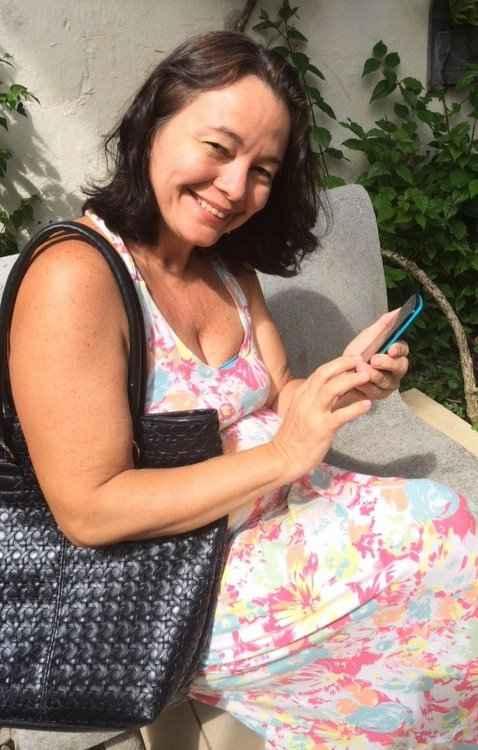 A esteticista Dalva Oliveira prefere utilizar táxi para se locomover e faz uso dos aplicativos para isso - Yasmin Miranda / Divulgação