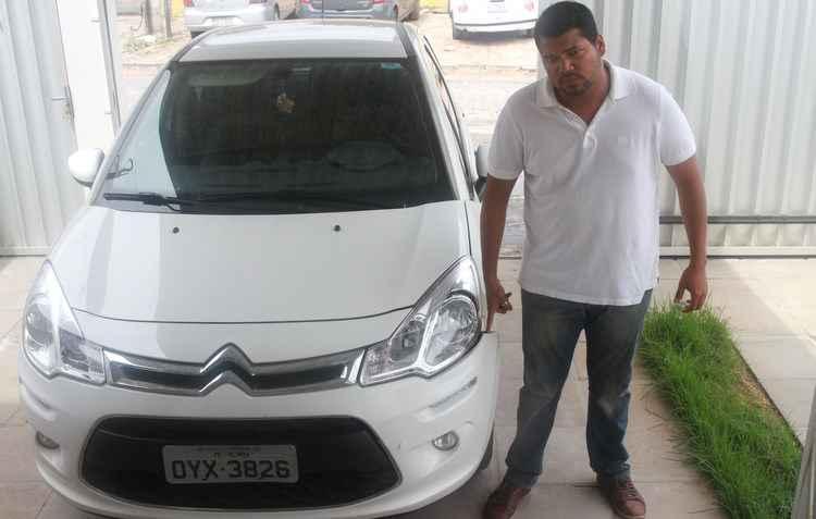 O estudante Aloísio Soares sofreu danos no veículo após uma desatenção de terceiros no trânsito devido ao uso do celular - Julio Jacobina / DP