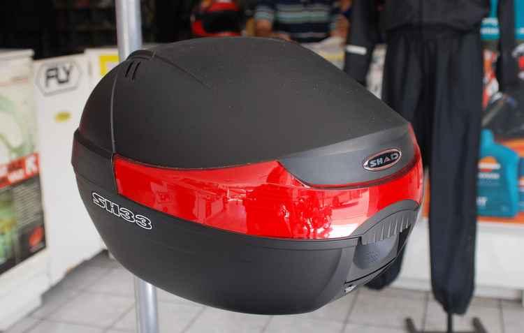 Motociclistas têm porta-bagagem apropriado que comporta ao menos um capacete e pequenos objetos, como carteiras e celulares - Julio Jacobina / DP/ D.A PRESS