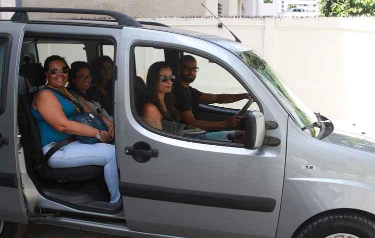 O casal Luciana e Alex Pontes sempre viaja com a família na Doblò - Julio Jacobina / DP