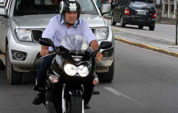 Carlos Valle utiliza moto desde a adolescência e adota a pilotagem defensiva