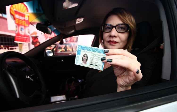 Fernanda Tenório sempre está com a documentação em mãos  - Paulo Paiva/DP