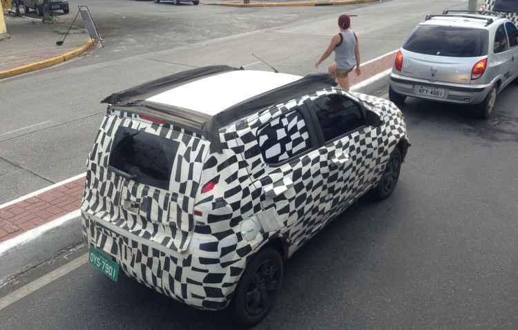 No bairro da Imbiribeira, o carro passou disfarçado - Caio Wallerstein/ DP