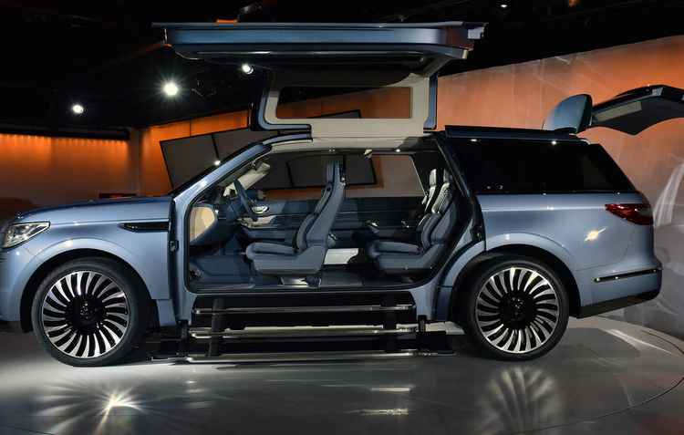 Futurista, o conceito Navigator da Lincoln mostra as portas que abrem pra cima e de canto a canto do carro; Produção é no fim do próximo ano - Jewel Samad / AFP