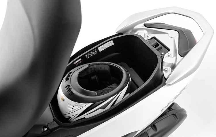 Espaço sob o assento tem capacidade para 25 litros, onde cabe um capacete grande - Yamaha / Divulgação