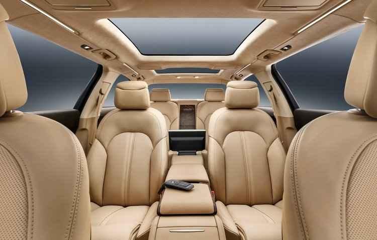 Seis poltronas posicionadas para frente, revestidas em couro bege - Audi / Divulgação