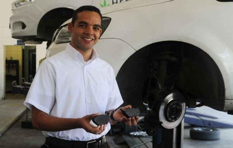 Linaldo Ralf, do Centro Automotivo Ferreira Costa, mostra os desgastes nas pastilhas e no disco de freio - Julio Jacobina/DP