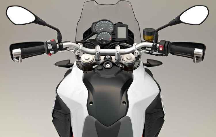 F 800 conta com um novo pacote de opcionais, que inclui: ajuste eletrônico de suspensão, protetor de mãos e banco confort - BMW / Divulgacao