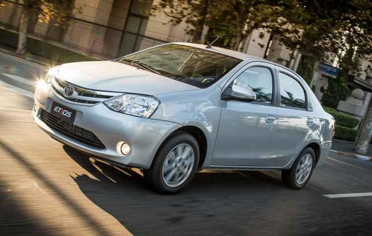 O novo modelo já está disponível nas concessionárias a partir de R$43 mil, versão de entrada do hatch, e R$ 48 mil versão de entrado do sedã - Toyota / Divulgação