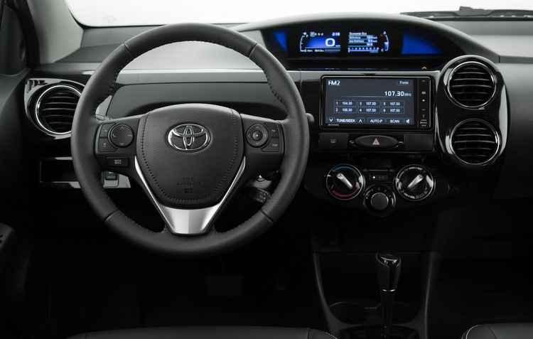 Ainda que mantido no mesmo local (no centro do painel), o novo quadro é digital, com duas telas e totalmente tecnológico - Toyota / Divulgação