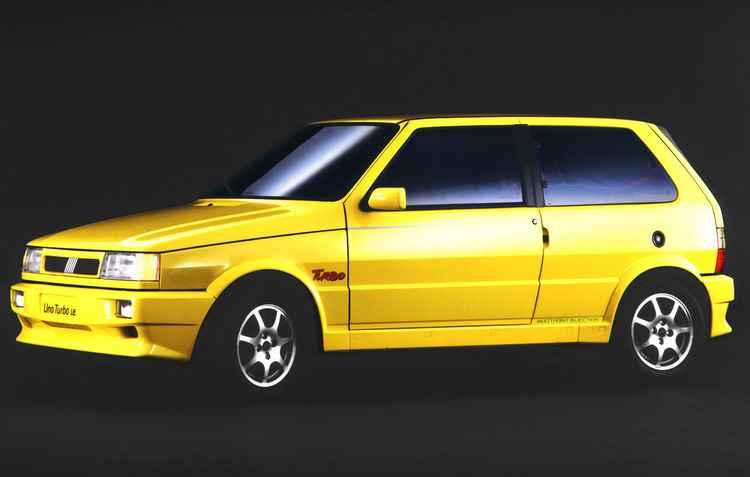O Fiat Uno foi o primeiro modelo nacional produzido em série equipado com motor turbo, de 118cv de potência, lançado em 1994, um sucesso na época - Fiat / Divulgação