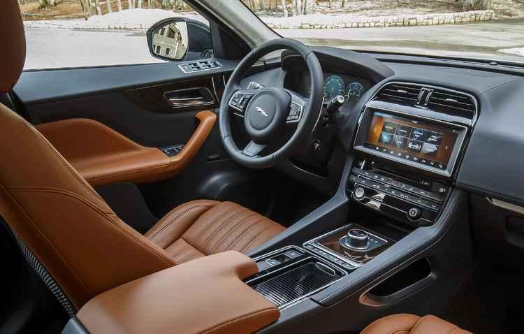 Posição de dirigir mostra que a pegada está mais para um esportivo do que um crossover de características urbanas - Celeste Vogel / Divulgação
