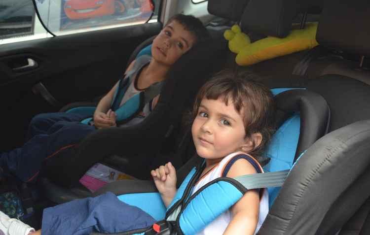 Miguel, de quatro anos, e Alice, de dois, utilizam a cadeirinha com cinto de três pontos - Malu Cavalcanti/ Esp. DP