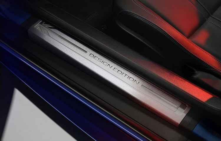 Bancos, portas, volante e painel revestidos em couro na cor preta com costura em três diferentes cores: vermelho, branco ou azul - Jaguar / Divulgação