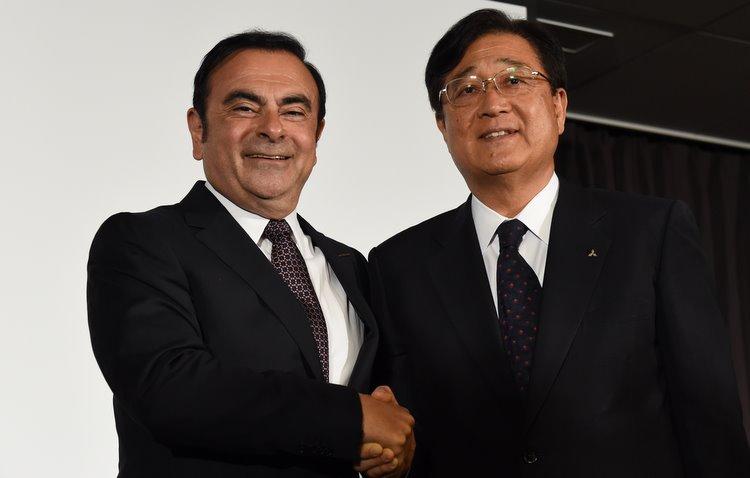 Carlos Ghosn, CEO da aliança Renault-NIssan, e Osamu Masuko, CEO da Mistsubishi - AFP / Divulgação