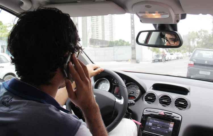 Utilizar o celular na direção foi a quarta maior infração - Karina Morais / DP