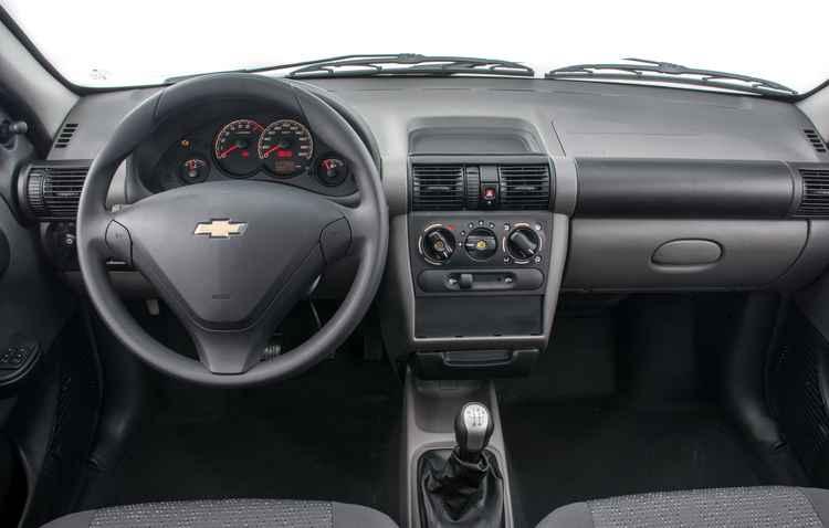 Interior é básico e console possui três saídas de ar - Fabio Gonzalez/Divulgacao