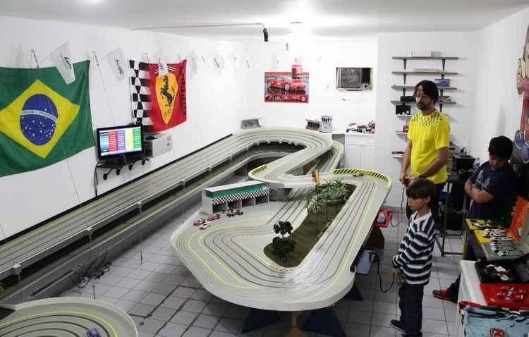 Pista funciona numa sala comercial do bairro da Encruzilhada com direito a curvas, túnel e boxes - Karina Morais / Esp. DP