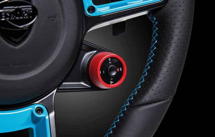 Botão que ativa a potência máxima pode ser encontrado no volante ou no console central - Techart / Divulgação