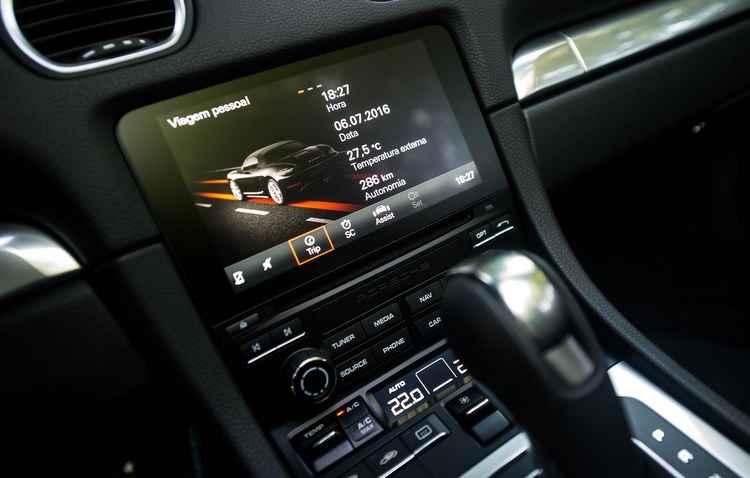 Central multimídia de sete polegadas touch com GPS e Apple Carplay já vem de serie - Porsche / Divulgação