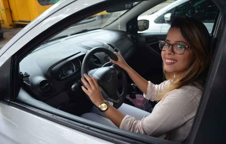 Giully Tavares é acostumada a usar a tecnologia para conduzir melhor na cidade - Malu Cavalcanti / DP