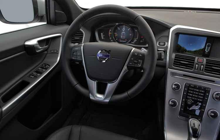 O modelo é equipado com seis airbags, controle avançado de estabilidade, controle dinâmico de estabilidade e tração e monitoramento de pressão dos pneus  - Volvo / Divulgação