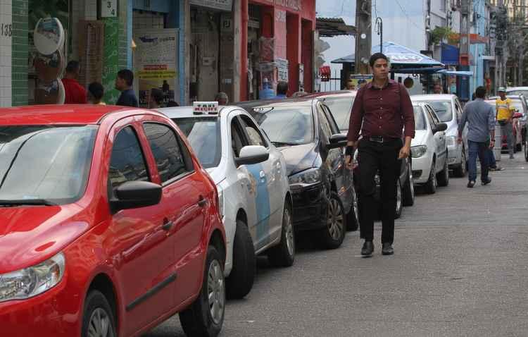 Estacionar em vias de comércio pode ser perigo quando for voltar para o carro à noite - Nando Chiappetta / DP