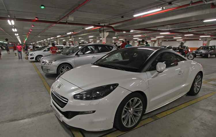 Estacionamentos fechados podem ser uma saída para deixar o carro mais seguro - Roberto Ramos / DP