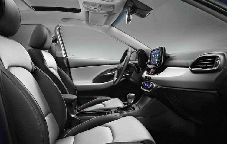 Para o conforto, o i30 revestimentos melhorados no acabamento, com o uso de aço, couro e espumas - Hyundai / Divulgação