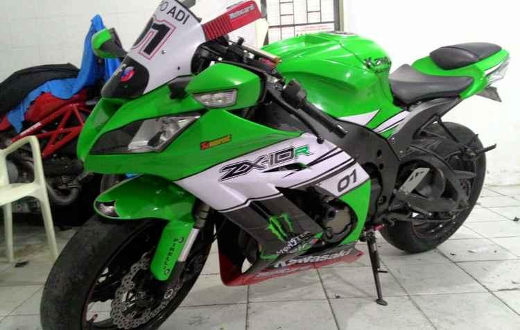 Kawasaki Ninja está adesivada de verde, mas a sua cor original é preta - Arquivo Pessoal