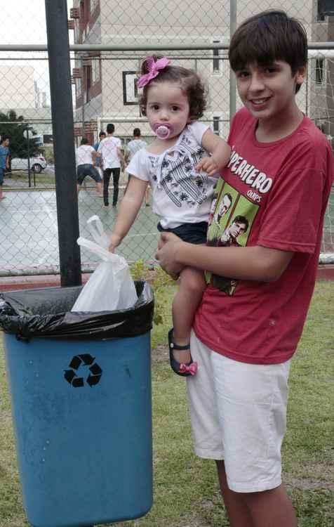 Letícia e Arthur sempre colocam o lixo do carro na sacolinha - Amanda Oliveira / Esp. DP